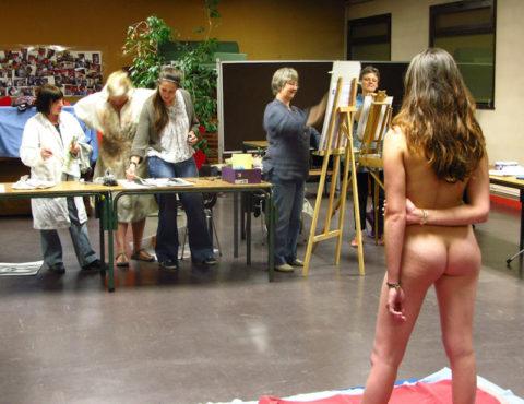 【画像あり】海外のヌードモデルさん、ガチで恥ずかしいポーズをさせられるwwwwwww・12枚目