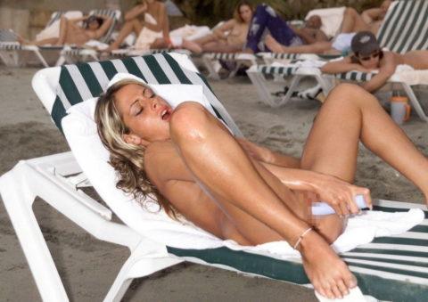 ヌーディストビーチで開放的になりすぎた女さん、オナニーするが盗撮されるwwwwww・12枚目