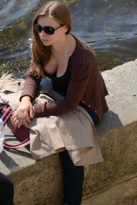 【街撮り】座ってる胸チラ女を上アングルから撮影した画像集。(38枚)・13枚目
