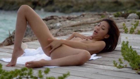 ヌーディストビーチで開放的になりすぎた女さん、オナニーするが盗撮されるwwwwww・13枚目