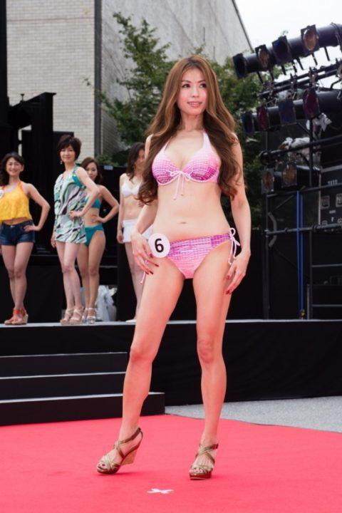 美魔女コンテストの「水着審査」ファイナリストの熟女たちをご覧ください。(画像あり)・14枚目