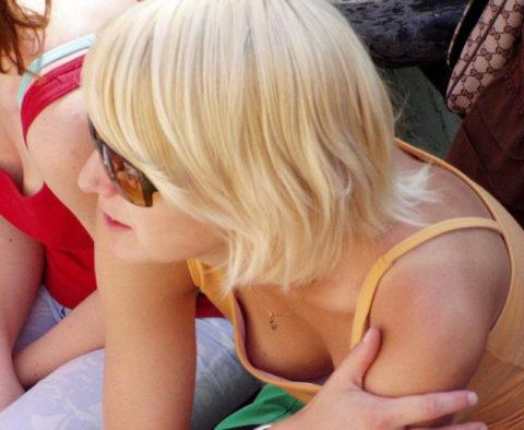 【街撮り】座ってる胸チラ女を上アングルから撮影した画像集。(38枚)・14枚目
