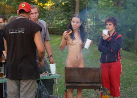 【画像あり】この時期になると増えてくる全裸BBQ女子が撮影されるwwwww・16枚目