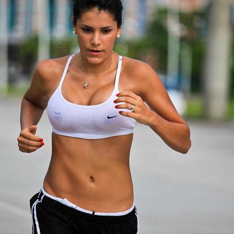 【画像あり】ビーチク浮きまくってる女子ランナーのお姿がこちらwwwwwww・19枚目