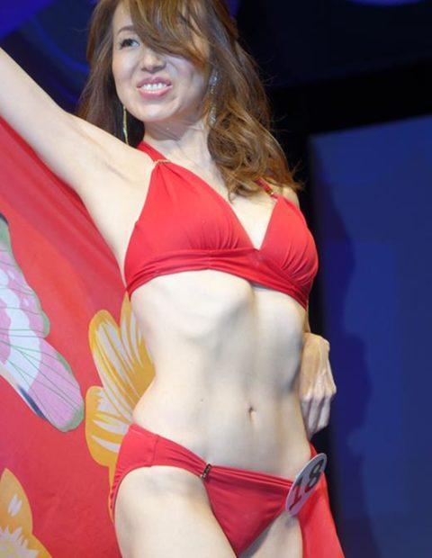 美魔女コンテストの「水着審査」ファイナリストの熟女たちをご覧ください。(画像あり)・19枚目