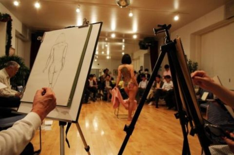 【画像あり】海外のヌードモデルさん、ガチで恥ずかしいポーズをさせられるwwwwwww・20枚目