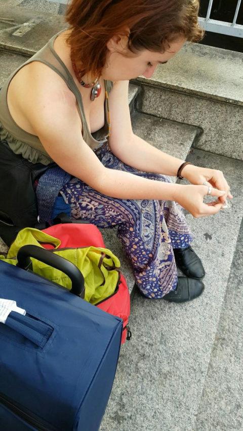 【街撮り】座ってる胸チラ女を上アングルから撮影した画像集。(38枚)・21枚目