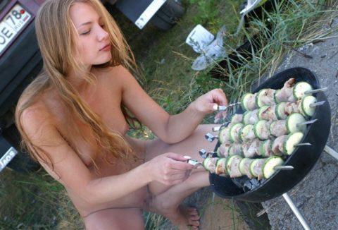 【画像あり】この時期になると増えてくる全裸BBQ女子が撮影されるwwwww・22枚目