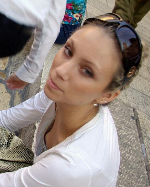 【街撮り】座ってる胸チラ女を上アングルから撮影した画像集。(38枚)・22枚目