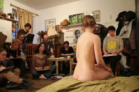 【画像あり】海外のヌードモデルさん、ガチで恥ずかしいポーズをさせられるwwwwwww・24枚目