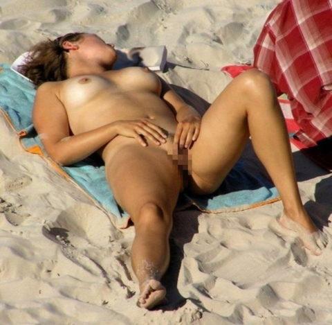 ヌーディストビーチで開放的になりすぎた女さん、オナニーするが盗撮されるwwwwww・23枚目