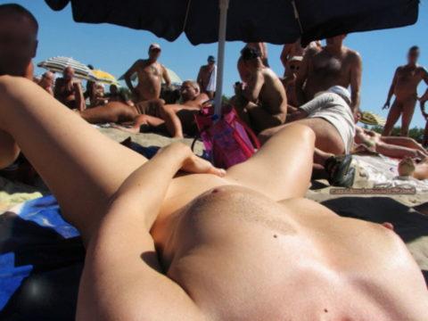 ヌーディストビーチで開放的になりすぎた女さん、オナニーするが盗撮されるwwwwww・25枚目
