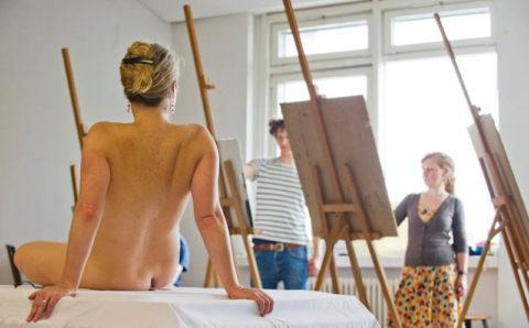 【画像あり】海外のヌードモデルさん、ガチで恥ずかしいポーズをさせられるwwwwwww・27枚目