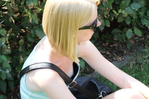 【街撮り】座ってる胸チラ女を上アングルから撮影した画像集。(38枚)・27枚目