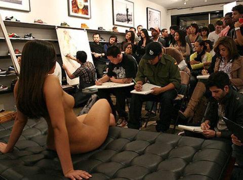 【画像あり】海外のヌードモデルさん、ガチで恥ずかしいポーズをさせられるwwwwwww・28枚目