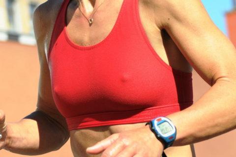 【画像あり】ビーチク浮きまくってる女子ランナーのお姿がこちらwwwwwww・29枚目