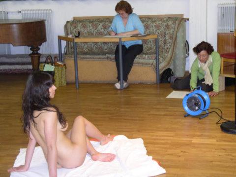 【画像あり】海外のヌードモデルさん、ガチで恥ずかしいポーズをさせられるwwwwwww・32枚目
