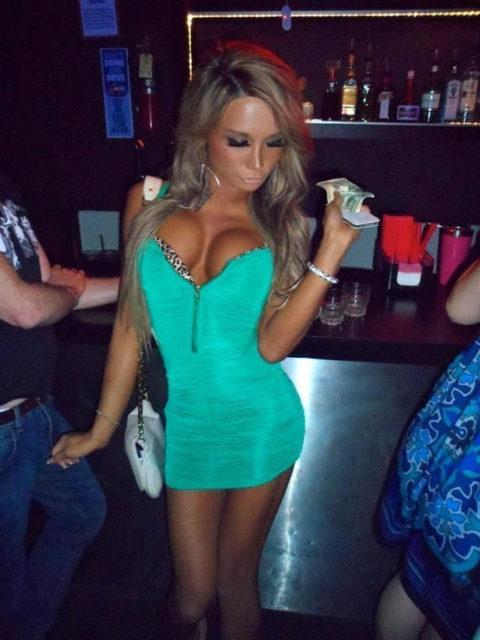 【画像】巨乳美女+タイトドレスが最強すぎるんやが。。(38枚)・33枚目