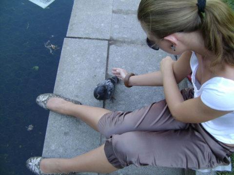 【街撮り】座ってる胸チラ女を上アングルから撮影した画像集。(38枚)・33枚目