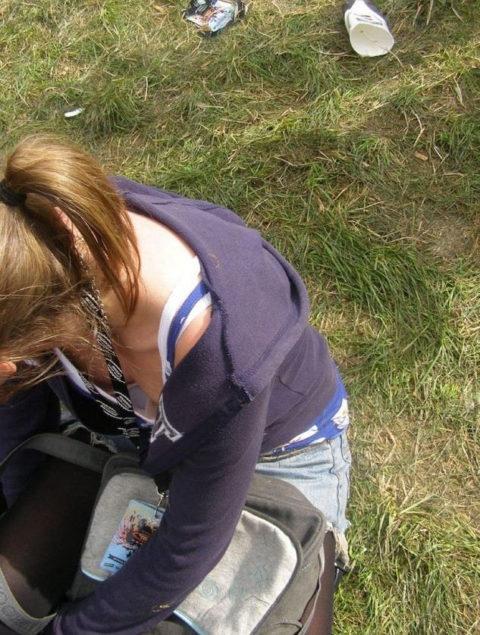【街撮り】座ってる胸チラ女を上アングルから撮影した画像集。(38枚)・36枚目