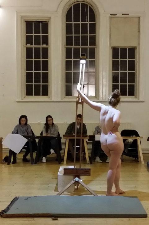 【画像あり】海外のヌードモデルさん、ガチで恥ずかしいポーズをさせられるwwwwwww・37枚目