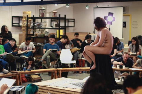 【画像あり】海外のヌードモデルさん、ガチで恥ずかしいポーズをさせられるwwwwwww・38枚目