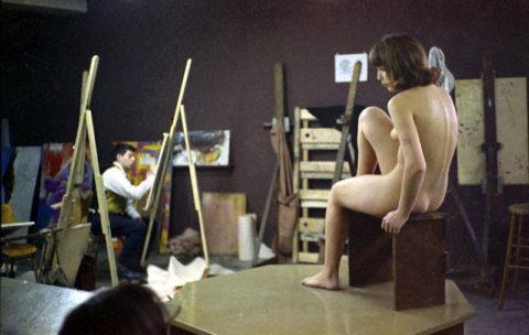 【画像あり】海外のヌードモデルさん、ガチで恥ずかしいポーズをさせられるwwwwwww・4枚目