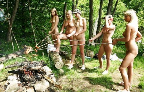 【画像あり】この時期になると増えてくる全裸BBQ女子が撮影されるwwwww・4枚目