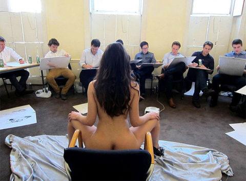 【画像あり】海外のヌードモデルさん、ガチで恥ずかしいポーズをさせられるwwwwwww・5枚目