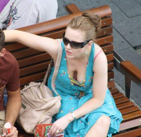 【街撮り】座ってる胸チラ女を上アングルから撮影した画像集。(38枚)・5枚目