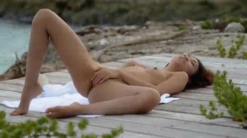 ヌーディストビーチで開放的になりすぎた女さん、オナニーするが盗撮されるwwwwww・5枚目
