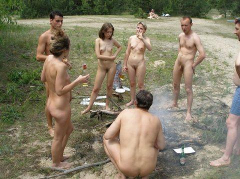 【画像あり】この時期になると増えてくる全裸BBQ女子が撮影されるwwwww・6枚目