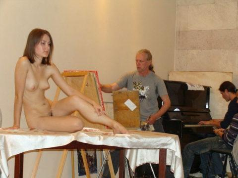【画像あり】海外のヌードモデルさん、ガチで恥ずかしいポーズをさせられるwwwwwww・7枚目
