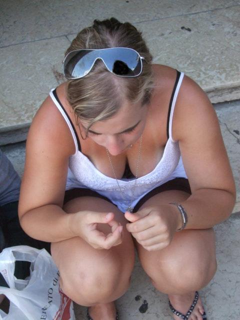 【街撮り】座ってる胸チラ女を上アングルから撮影した画像集。(38枚)・7枚目
