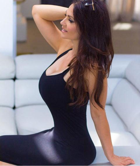 【画像】巨乳美女+タイトドレスが最強すぎるんやが。。(38枚)・9枚目