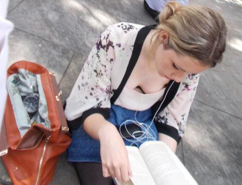 【街撮り】座ってる胸チラ女を上アングルから撮影した画像集。(38枚)・9枚目