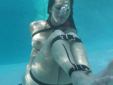【拘束】女を縛って水中に沈めるっていう意味わからんプレイ・・・(画像あり)