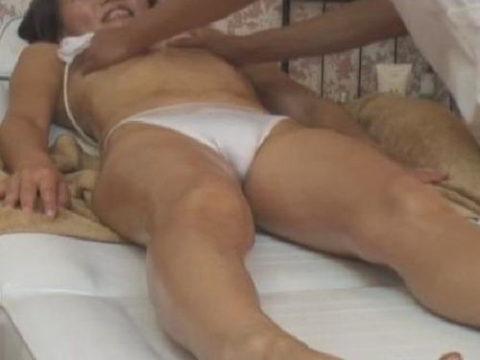 【GIFあり】熟女さん、マッサージ・エステでセクハラ行為をされ受け入れる。wwwwwww