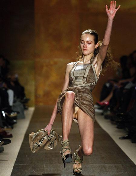 【パンチラ】ファッションショーのモデルさん、ランウェイですっ転んだ 結果wwwwww・10枚目