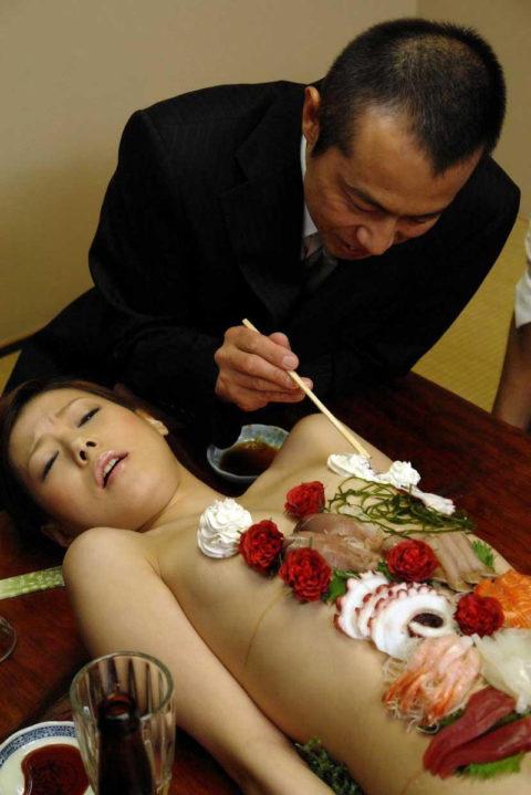 「私を食べてー」と生クリームを乳首に塗りたくる女のエロ画像wwwww・10枚目