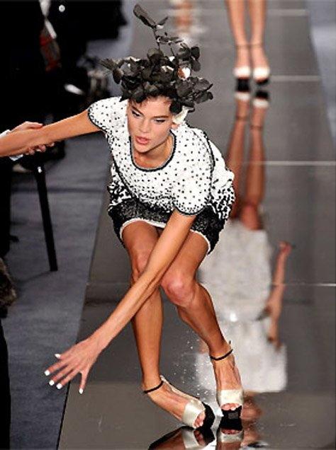 【パンチラ】ファッションショーのモデルさん、ランウェイですっ転んだ 結果wwwwww・12枚目
