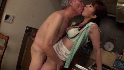 若い女が性欲オバケのジジイにハメ倒されるエロ画像wwwwww(画像あり)・13枚目