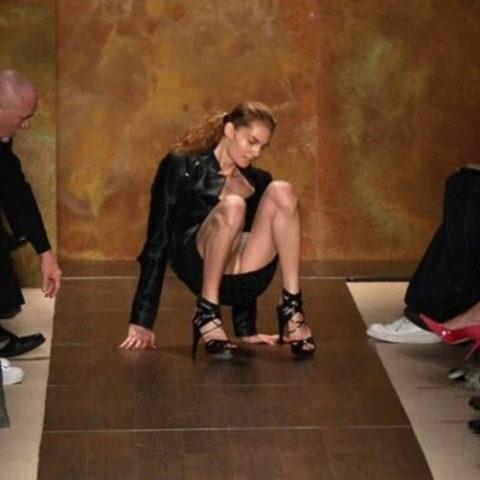 【パンチラ】ファッションショーのモデルさん、ランウェイですっ転んだ 結果wwwwww・14枚目
