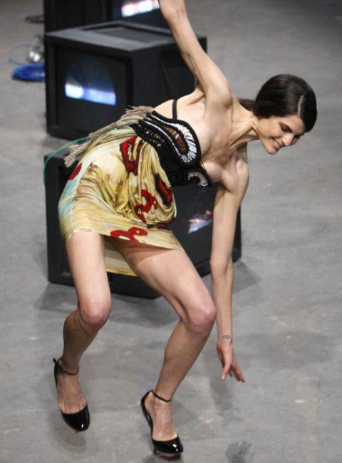【パンチラ】ファッションショーのモデルさん、ランウェイですっ転んだ 結果wwwwww・15枚目