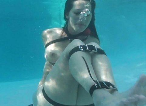【拘束】女を縛って水中に沈めるっていう意味わからんプレイ・・・(画像あり)・15枚目