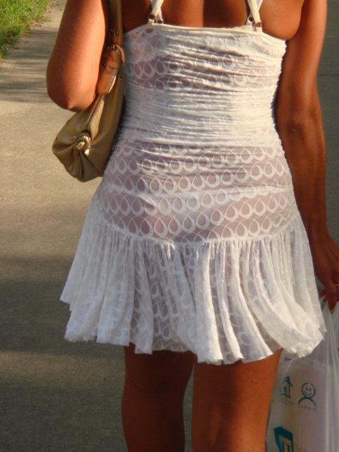 【街撮り】歩いてるだけで透けTバック女子に遭遇できる街ええなぁwwwwww・20枚目