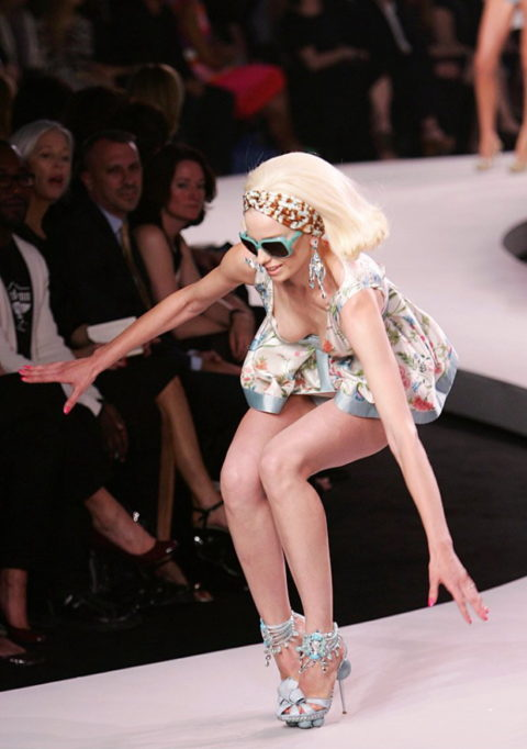 【パンチラ】ファッションショーのモデルさん、ランウェイですっ転んだ 結果wwwwww・22枚目