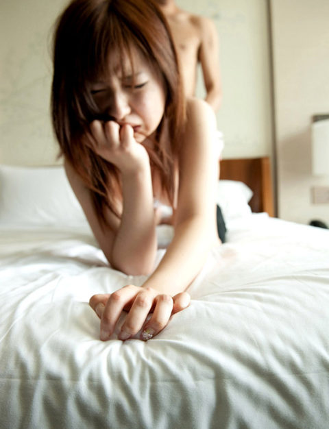手で口を押え喘ぎ声を我慢してる女って3倍エロさが増すよな?wwwwww(画像あり)・25枚目