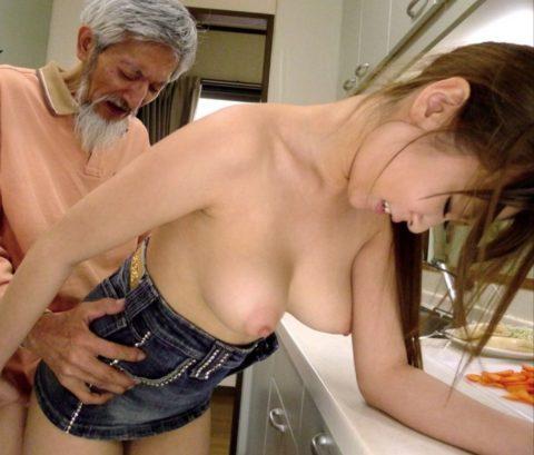 若い女が性欲オバケのジジイにハメ倒されるエロ画像wwwwww(画像あり)・27枚目