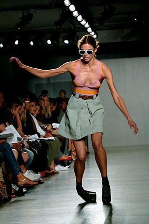 【パンチラ】ファッションショーのモデルさん、ランウェイですっ転んだ 結果wwwwww・3枚目